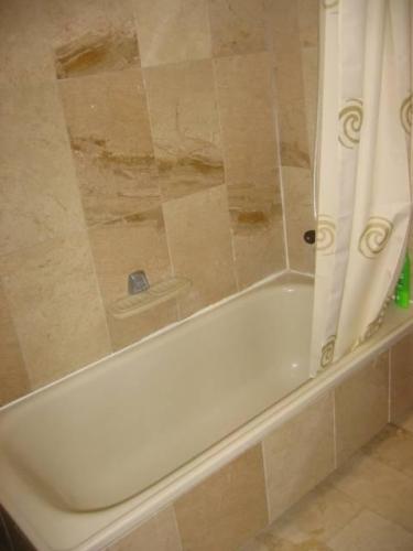 Bildergalerie villacana marta 5 gediegenes ferienhaus badezimmer aus marmor bild 11 15 - Marmor badezimmer ...